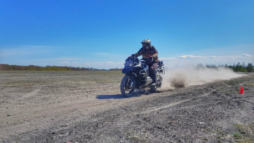 hamowanie motocyklem na szutrze