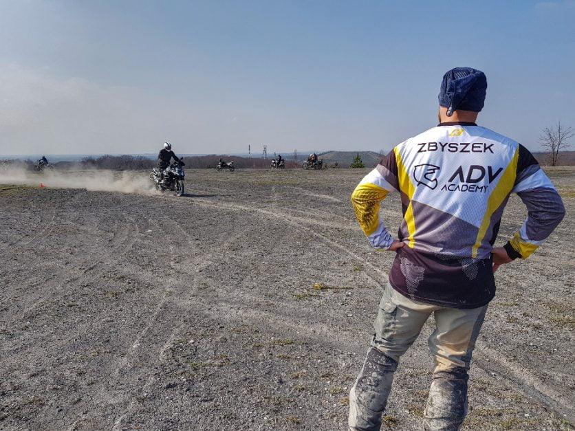 hamowanie awaryjne motocyklem podczas szkolenia enduro