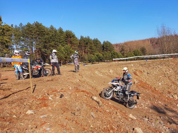 techniczne podjazdy i zjazdy namotocyklowym szkoleniu zaawansowanym