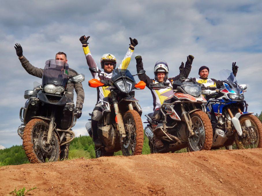 motocykle adventure w szkole motocyklowej podczas przerwy w zajęciach