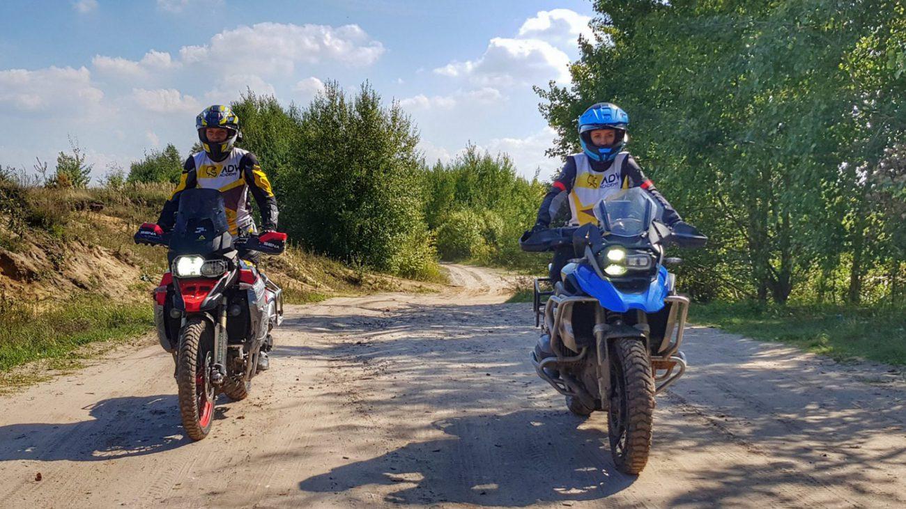 kobiety na motocyklach adventure jadące off-road