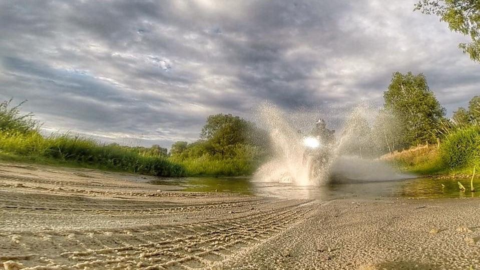 przejazd motocyklem przez wodę