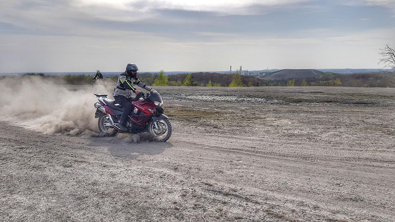 hamowanie tylnym hamulcem w motocyklu