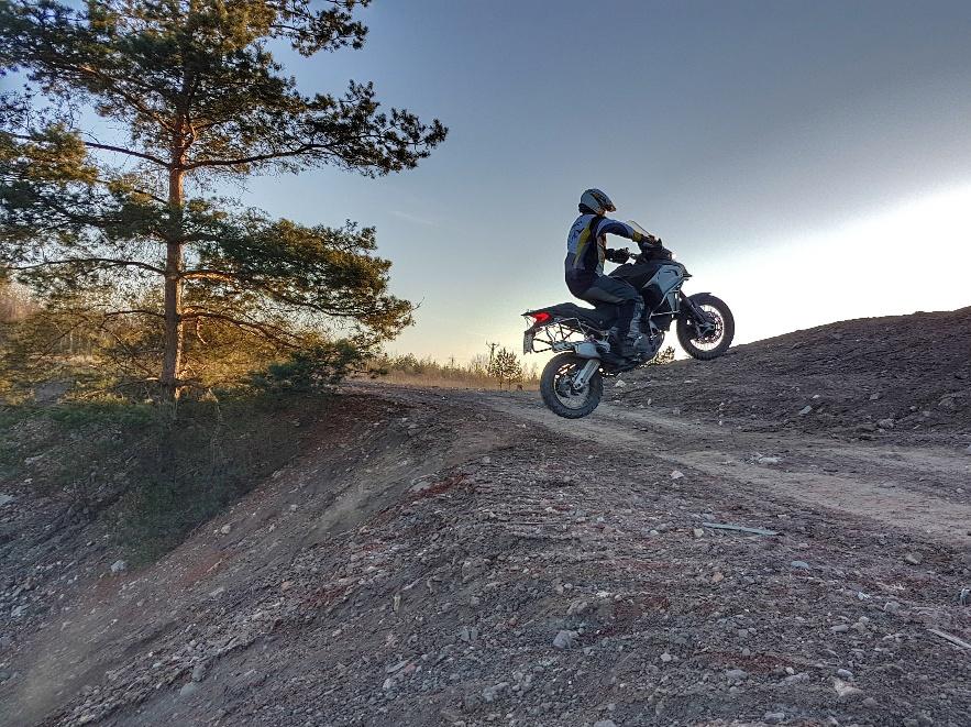 kontrolowane skoki motocyklowe