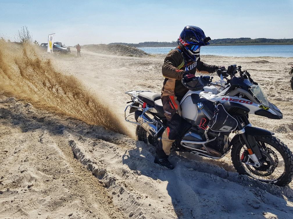 szkolenie motocyklowe nad stawem