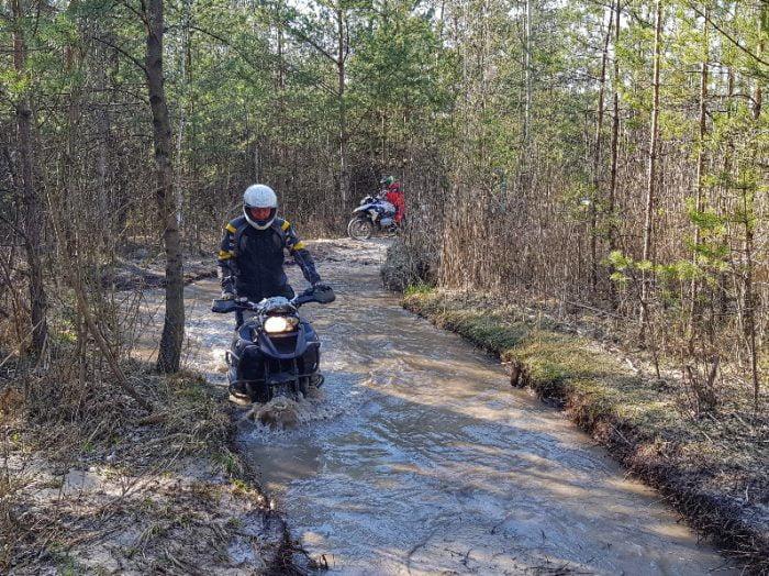 jazda w wodzie ciężkim motocyklem turystycznym