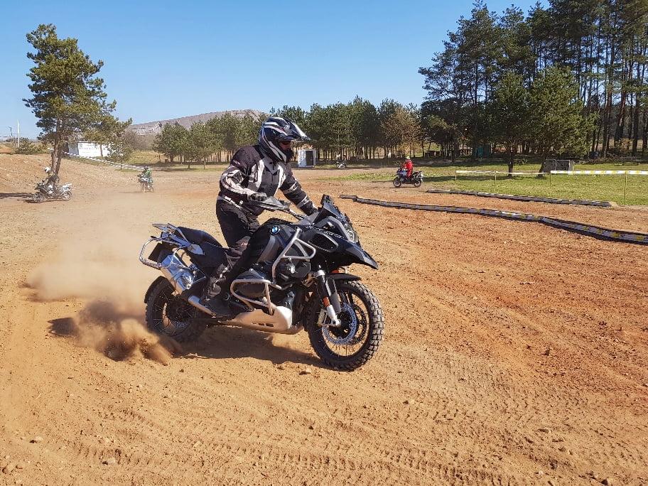 lekcja w trakcie kursu motocyklowego