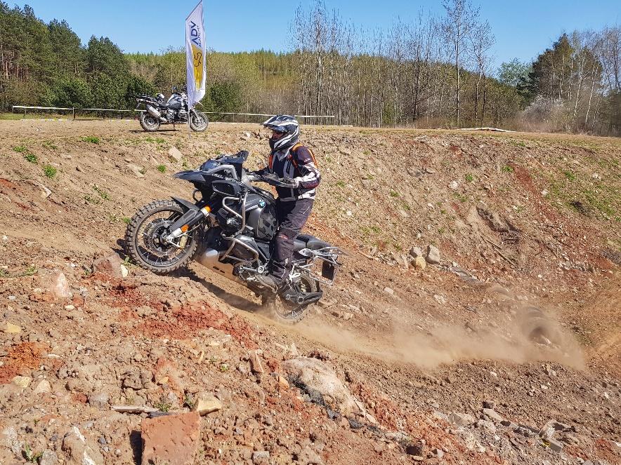 jazda motocyklem w sportowym stylu