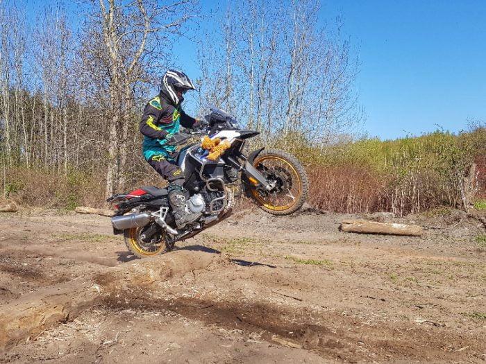 przejazd przez belkę na motocyklu