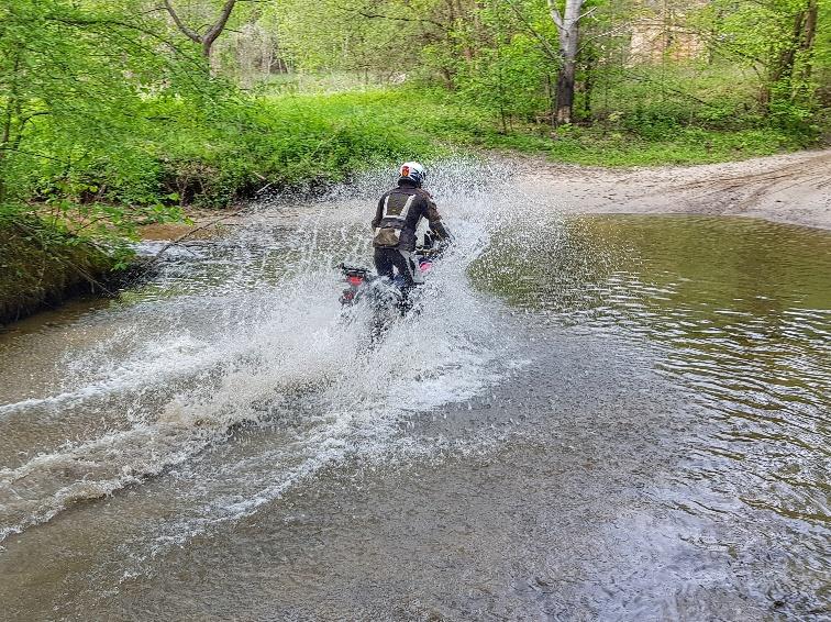 jazda motocyklem w wodzie