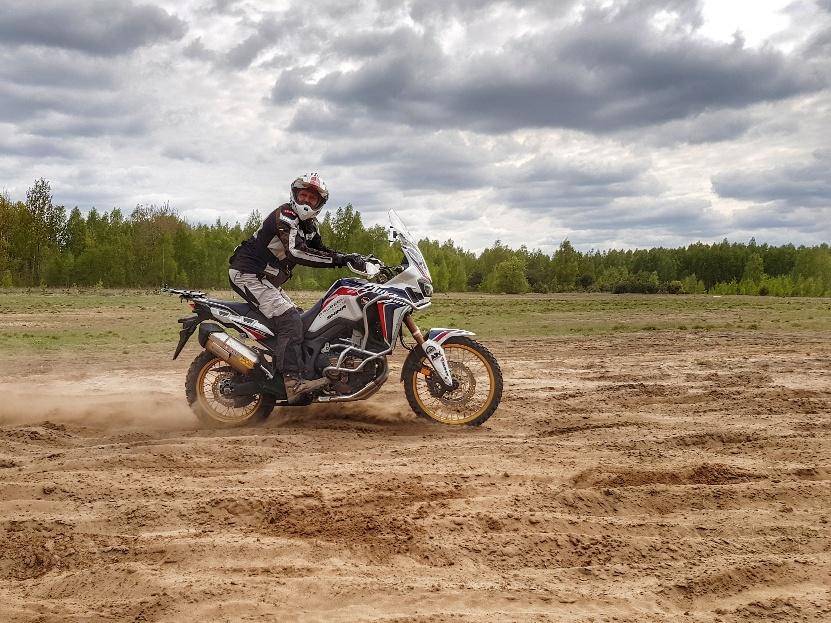 motocyklista w pozycji stojącej