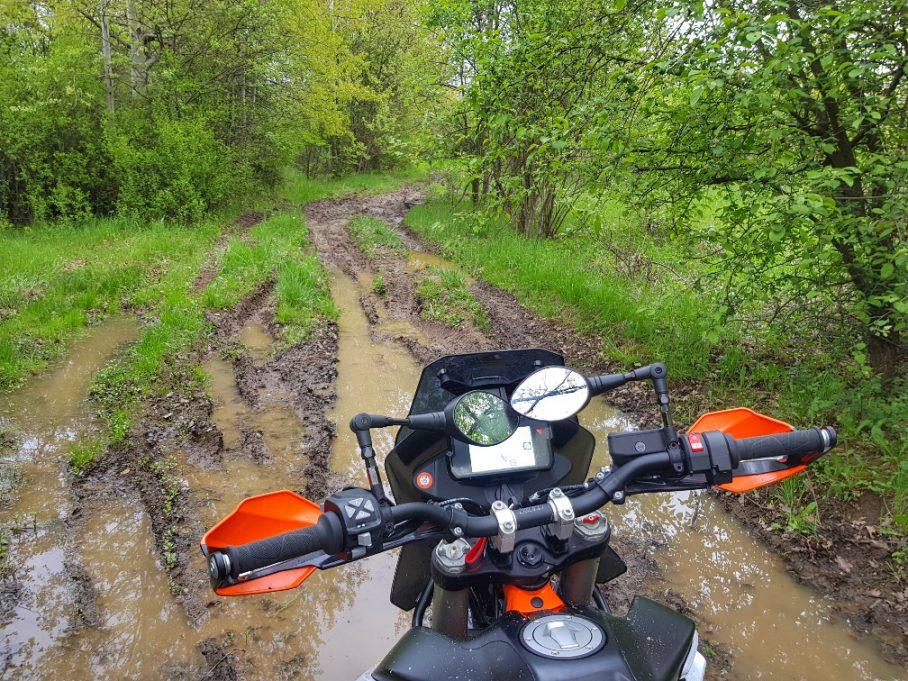 jazda w błocie na motocyklu