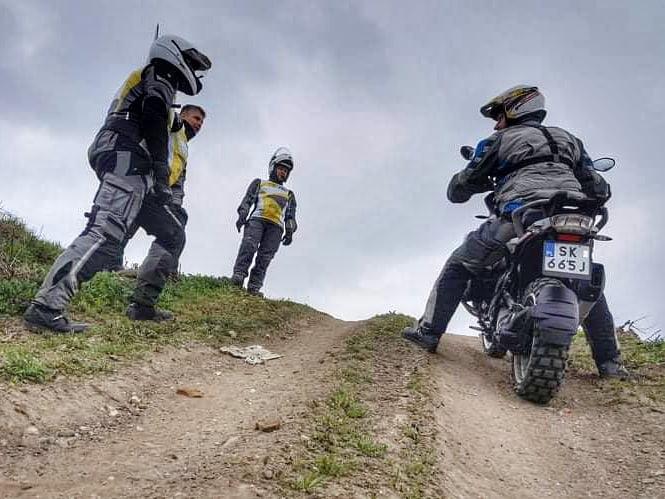 podjeżdżanie pod górkę na motocyklu