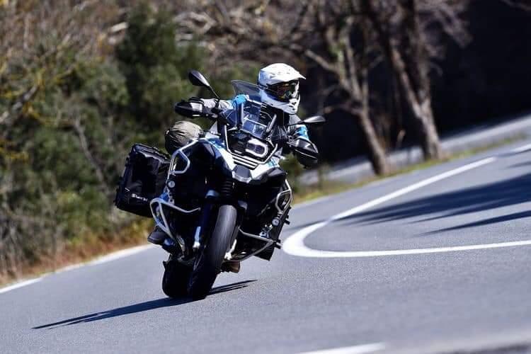 jazda motocyklem w zakrętach