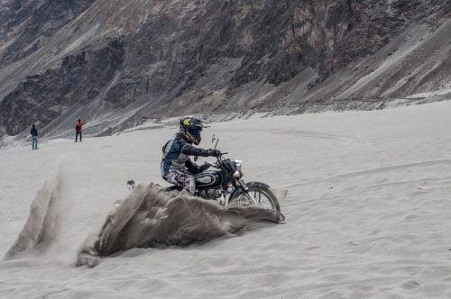szkolenie bezpiecznej jazdy motocyklem na pustyni