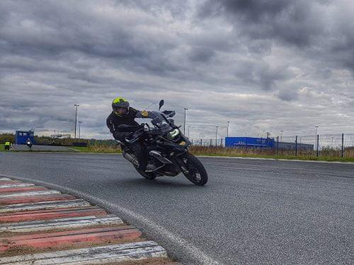 bezpieczna jazda motocyklem w deszczu