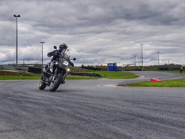 motocyklista podczas szkolenia na torze on-road