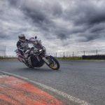nauka jazdy motocyklem w zakrętach na torze