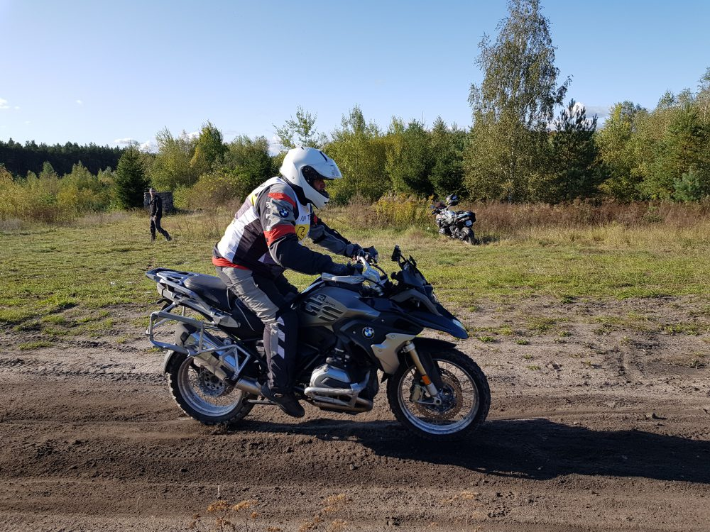 motocyklista z ADV Academy