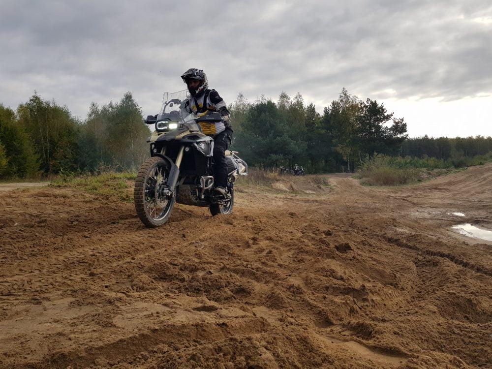 motocykl na piaszczystej drodze