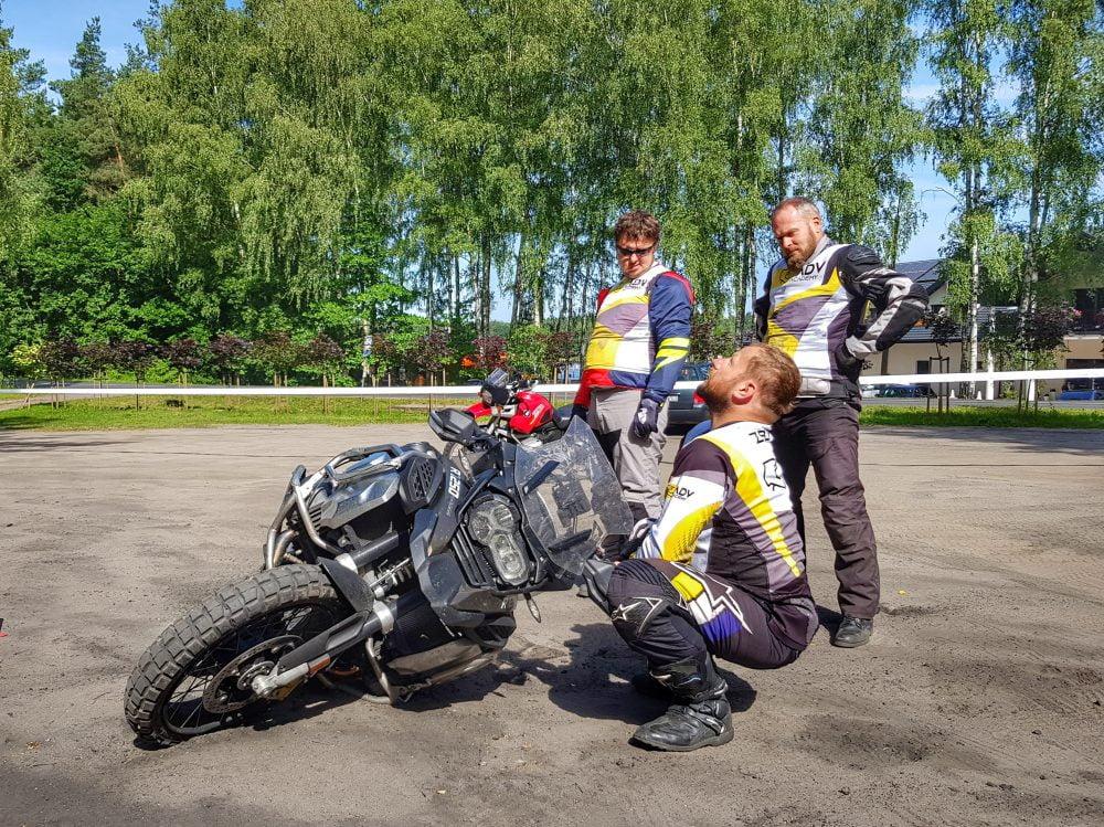 motocykliści podczas przerwy w szkoleniu