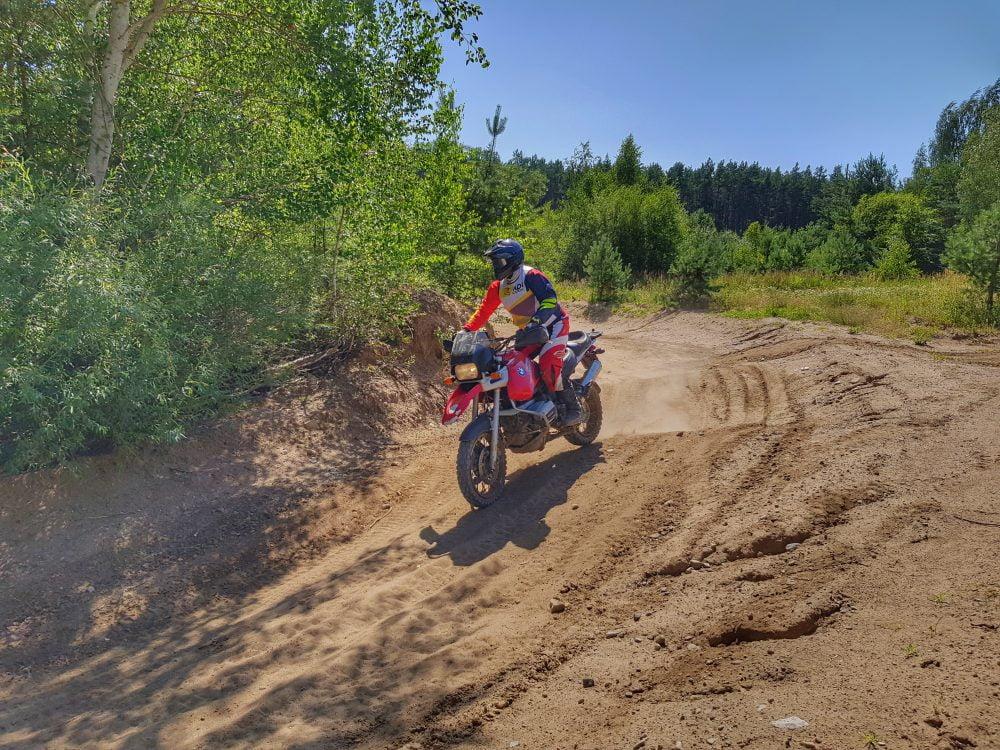 technika jazdy motocyklem w piasku, w lesie