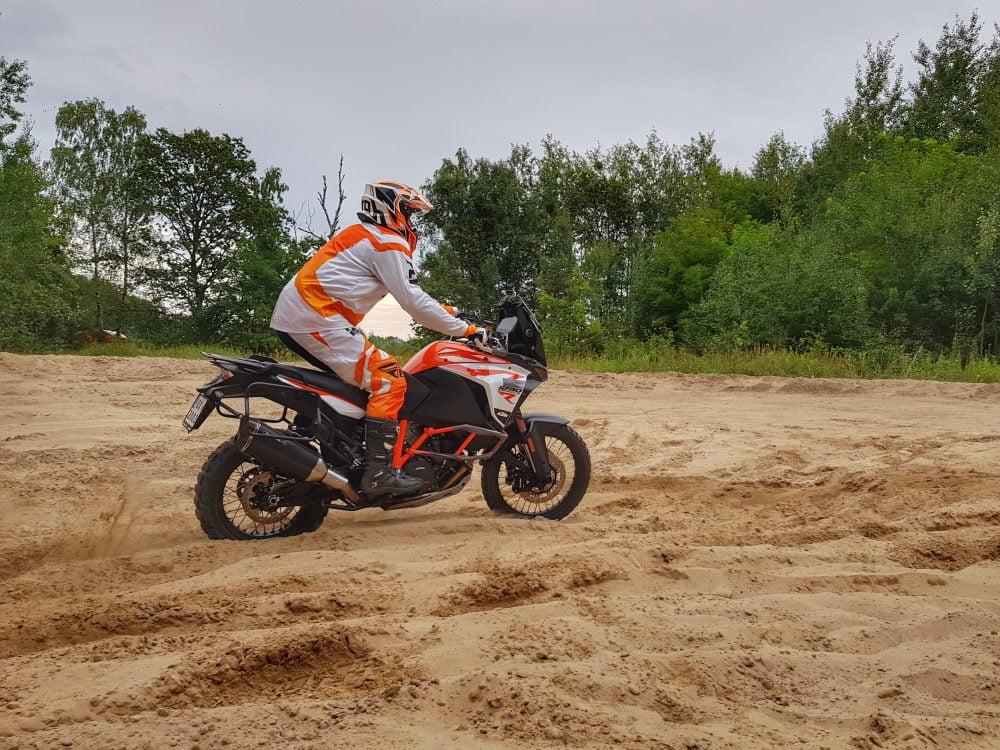 motocyklista enduro podczas jazdy w piachu