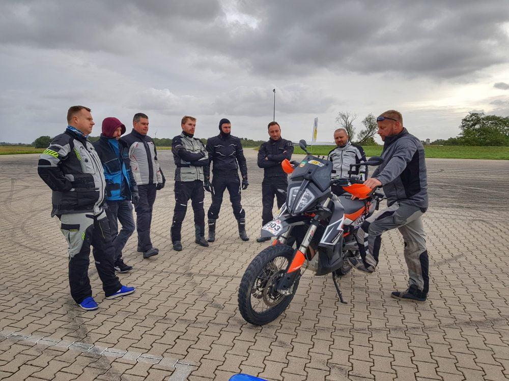 Uczestnicy treningu jazdy na motocyklu