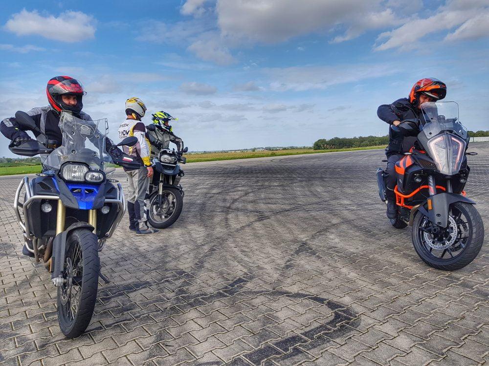 motocykliści podczas szkolenia na torze