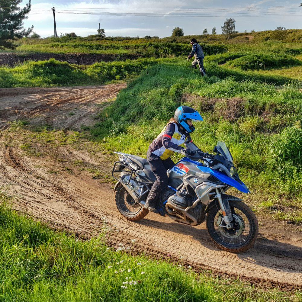motocyklista na szosie