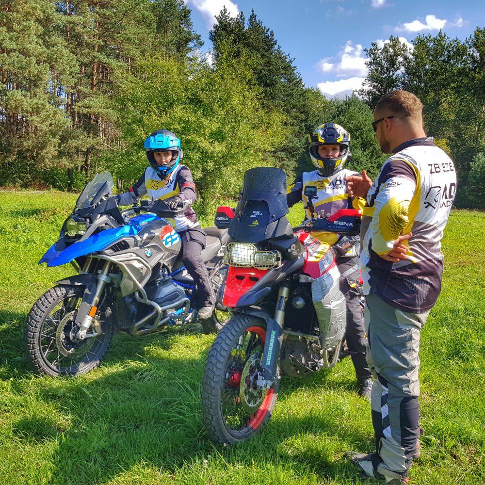 uczestnicy szkoły motocyklowej
