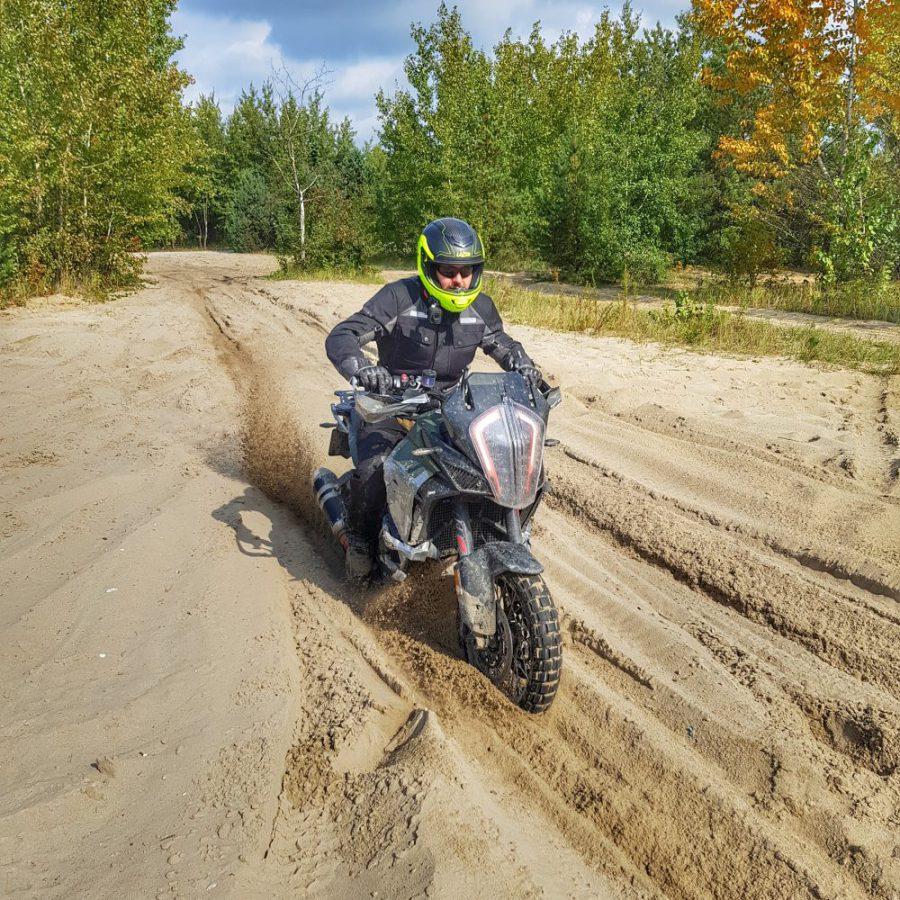 szkolenie jazdy w piachu motocyklu enduro adventure