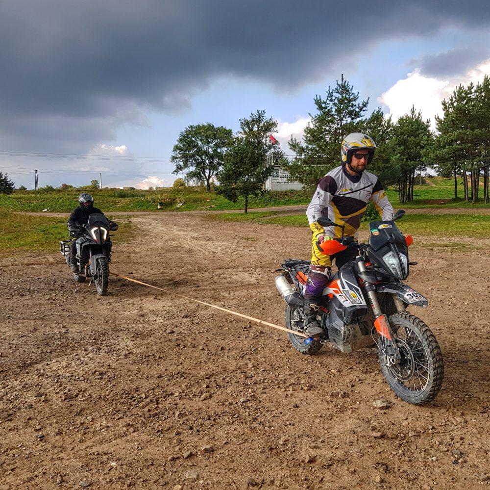 Motocykliści podczas szkolenia enduro