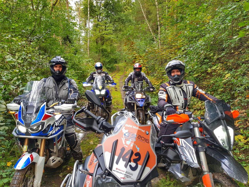 Jazda motocyklem w lesie