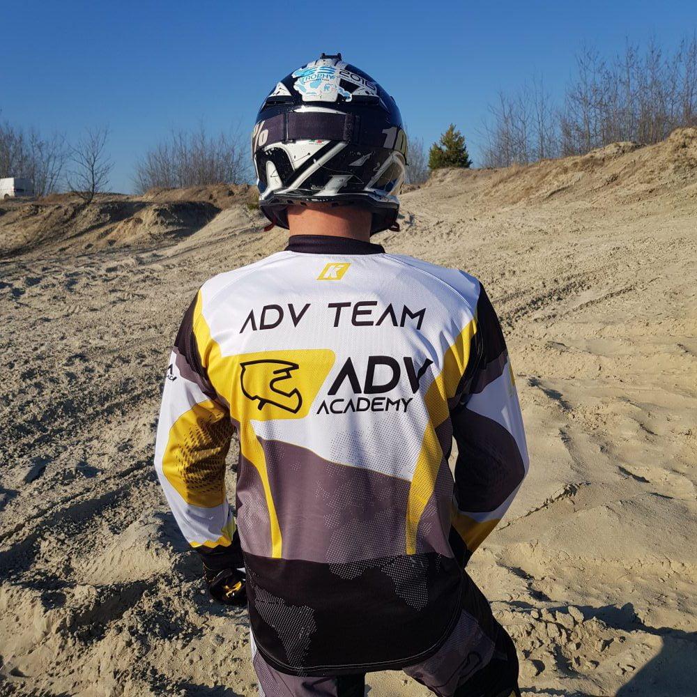 motocyklista w bluzie tył ADV Academy