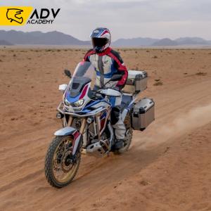 jadący motocykl na szutrze