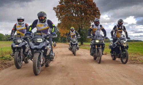 motocykliści z ADV academy podczas szkolenia motocyklowego